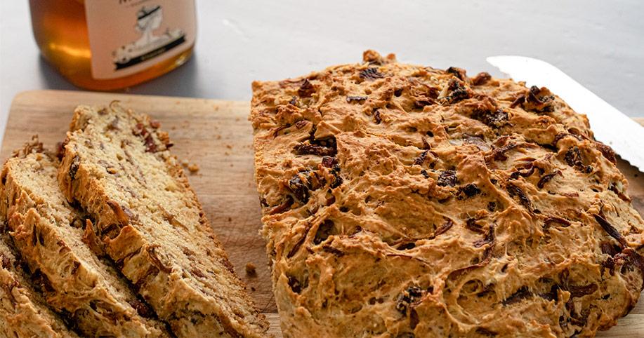 Ψωμί με λουκάνικο, μέλι Μούσες και μελωμένα κρεμμύδια