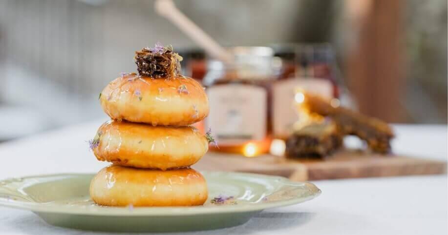 Παραδοσιακές μυζηθρόπιτες με μέλι ελληνικής παραγωγής