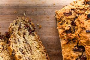 Ψωμί με λουκάνικο, ελληνικό μέλι και μελωμένα κρεμμύδια