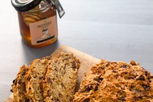 Ψωμί με λουκάνικο, μελωμένα κρεμμύδια και το κορυφαίο ελληνικό μέλι