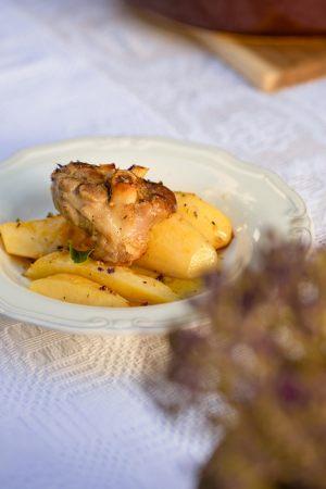Χοιρινό με πατάτες, μέλι και θυμάρι